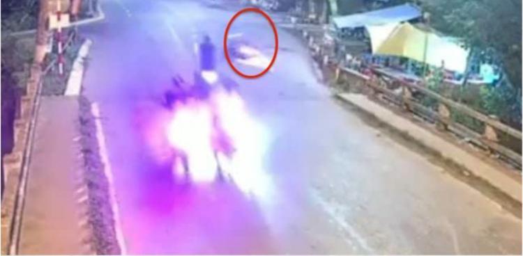 Chiếc xe máy chạy tốc độ cao gây tai nạn kinh hoàng.Ảnh cắt từ clip.