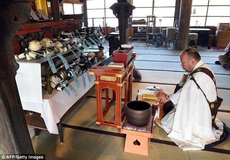 Lễ tang được tổ chức không khác gì một đám tang truyền thống ở Nhật Bản.