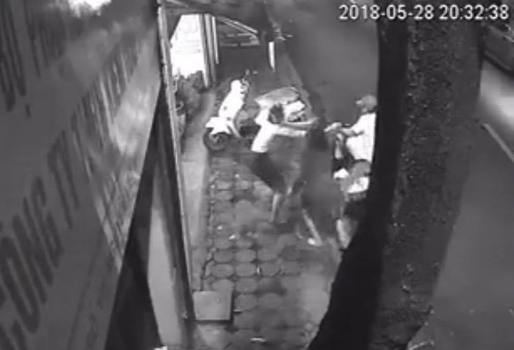 5 người phụ nữ chống trả với đối tượng trộm xe SH.