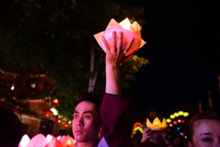 Nhóm sinh viên có mặt từ sớm để lấy hoa đăng tại khu vực cổng chính của chùa Pháp Hoa.