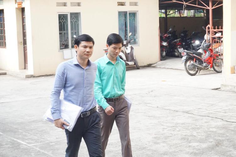 Bị cáo Lương và ông Hoàng Công Tình đến phiên tòa.