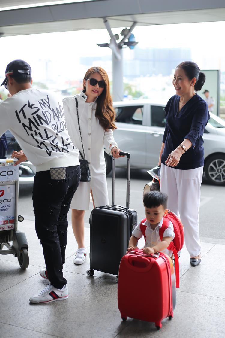 Vì biết vợ quay phim cả đêm nên Thanh Bình đãchuẩn bị vali hành lý cho cả gia đình, anh nhiệt tình sắp xếp trang phục, đồ dùng cần thiết cho cả hai vợ chồng cùng con trai.