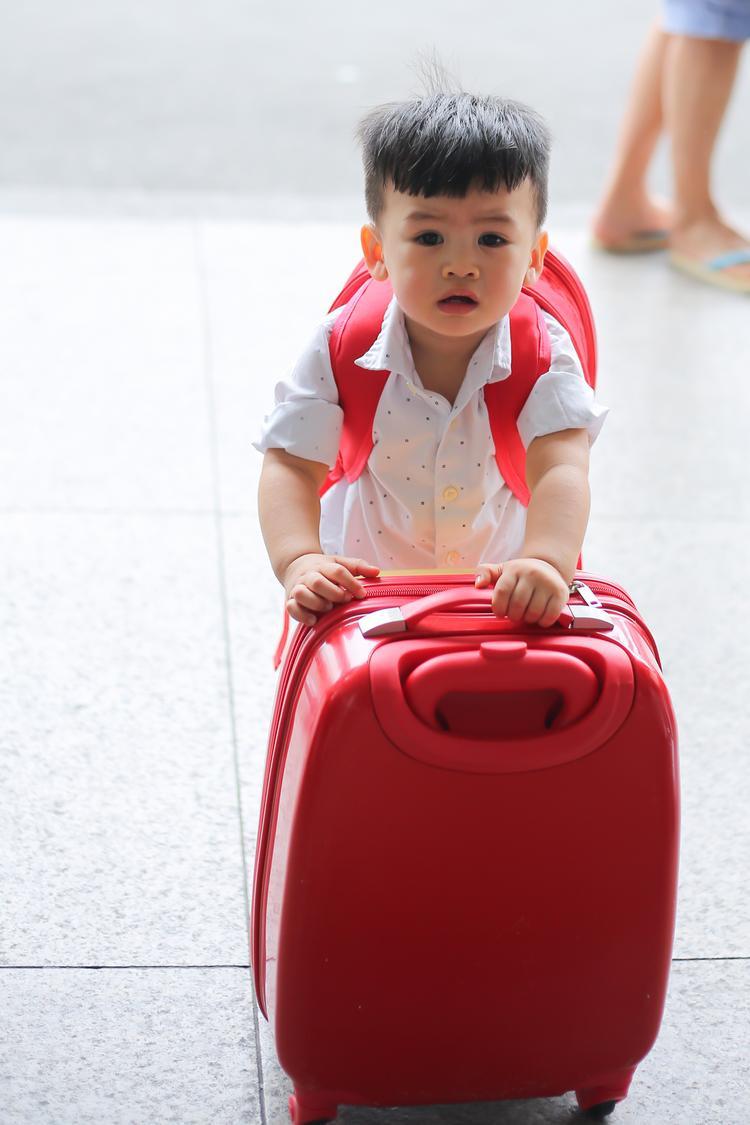 Ngay từ lúc ra khỏi nhà, Louis nhất quyết giữ chặt balo hoạt hình của mình. Tới sân bay, cu cậu cũng tự mình đẩy vali trước sự ngạc nhiên của bà ngoại và ba mẹ.