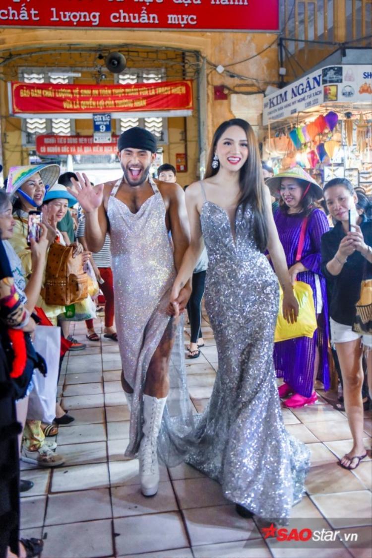 Cả hai thu hút sựchú ý của người dân khi diệntrang phục lộng lẫy catwalk tại chợ Bến Thành.