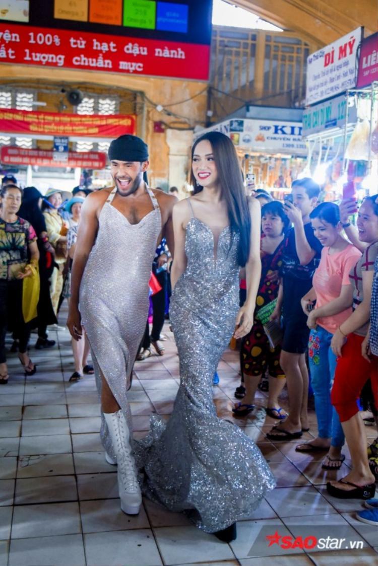 Xem này, Sinon đã trở lại Việt Nam, cùng Hương Giang catwalk điên đảo