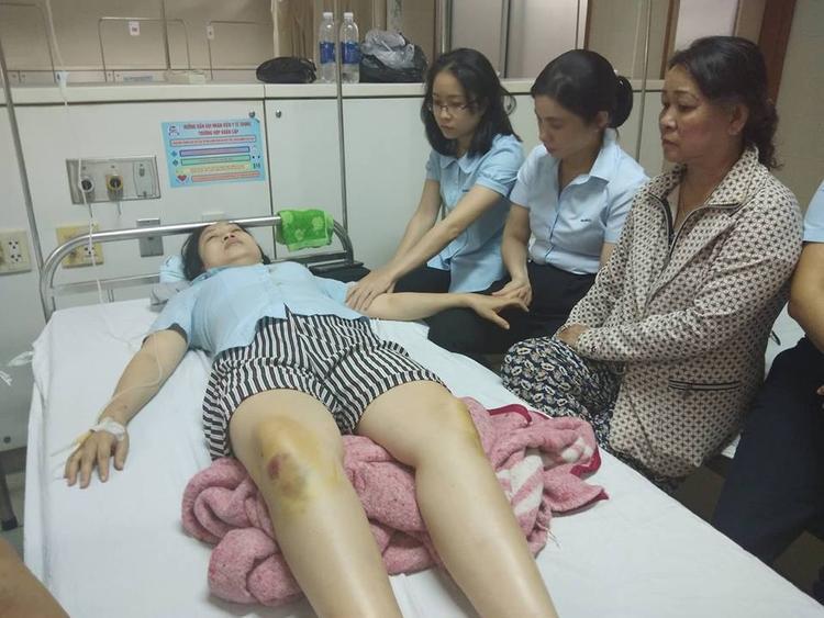 Chị P. được các đồng nghiệp chăm sóc tại bệnh viện. Ảnh: VTC News.