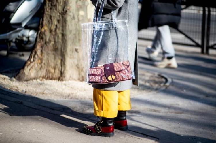 Dù có hơi bất tiện vì bị nhìn thấu, nhưng không thể phủ định sự thời thượng của các tín đồ thời trang khi quẩy trên tay chiếc túi trong suốt này.