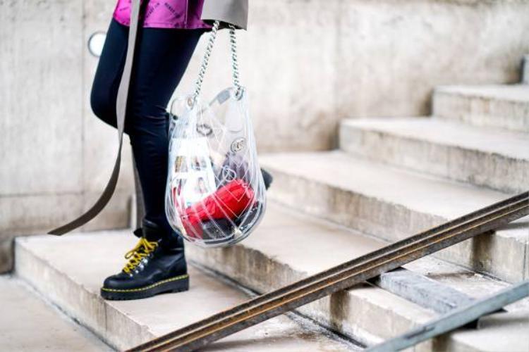 """Để trở nên tinh tế hơn khi dùng túi trong suốt, bạn hãy lựa chọn những món đồ """"đắt giá"""" để cho vào túi nhé."""