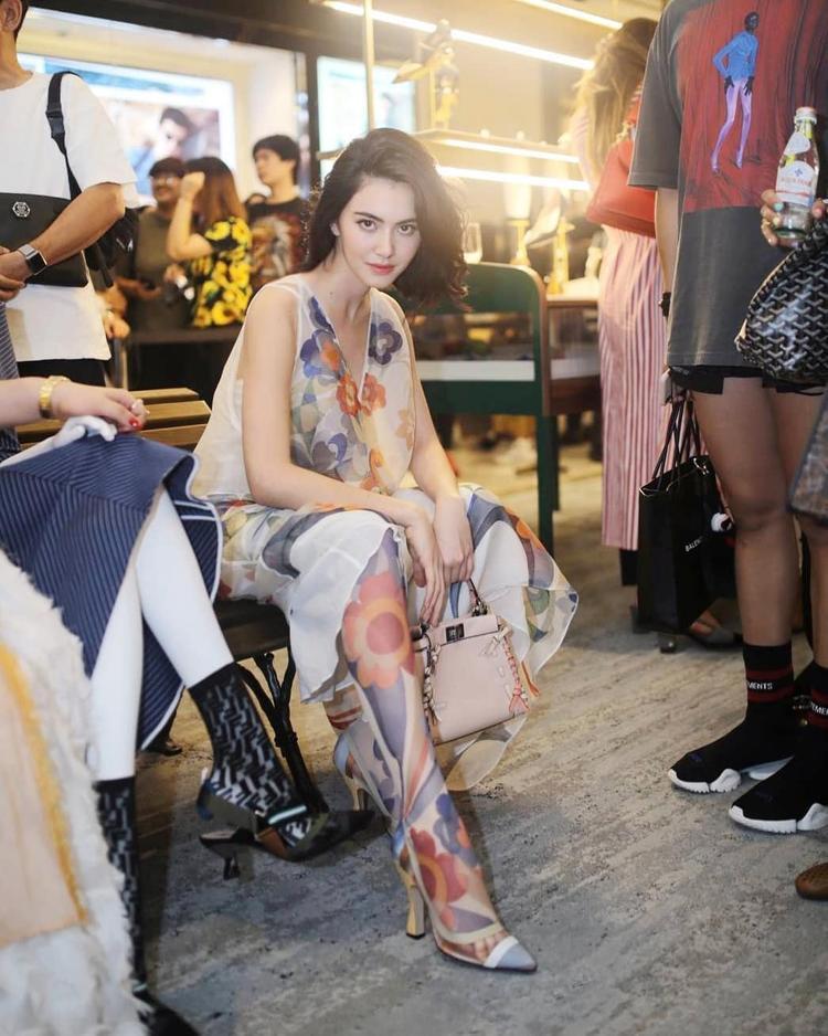 Mai Davika xuất hiện tại một sự kiện của thương hiệu Fendi tại Thái Lan. Cô mặc thiết kế trong BST Xuân Hè 2018 của Fendi với những họa tiết hoa nữ tính cùng túi xách Peek-a-boo đắt giá.