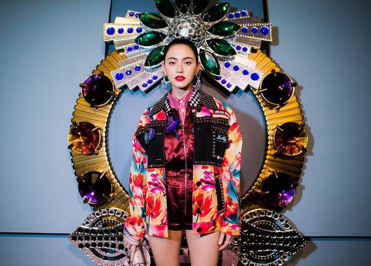 Tại một sự kiện của Miu Miu, Mai Davika nổi bật trong trang phục nhiều màu sắc bắt mắt cùng gương mặt sắc lạnh.