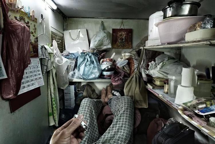 """Vì không có đủ tiền để thuê những căn phòng rộng với giá cắt cổ, những người dân nghèo khổ phải chấp nhận sống trong """"nhà quan tài"""" với diện tích chỉ đủ một người nằm."""