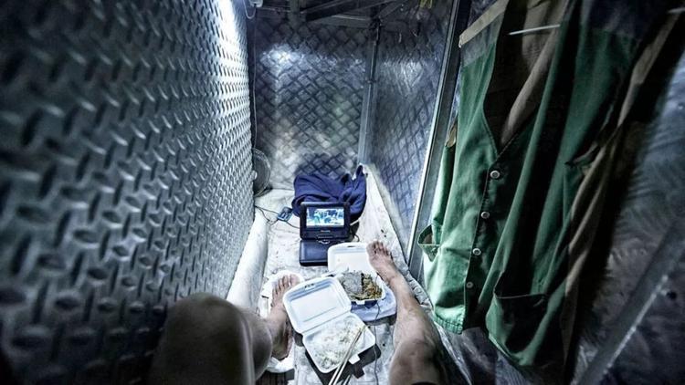 """Gần như mọi sinh hoạt đều diễn ra trong không gian tù túng này. """"Tôi còn sống sờ sờ ra đây nhưng lại bị nhốt trong 4 tấm ván quan tài"""", một trong những người sống trong """"ngôi nhà quan tài"""" ở Hong Kong cảm thán."""