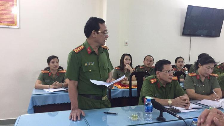 Đại tá Lê Anh Tuấn, trưởng Công an quận Thủ Đức tuyên dương các đơn vị, cùng các nhân tham gia bắt cướp.