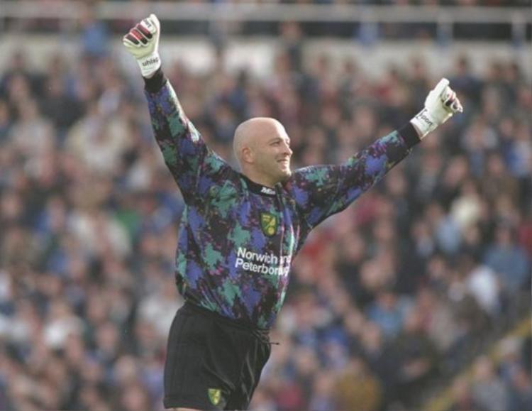 Cựu thủ môn của Norwich, Bryan Gunn thì lại biến khung thành của mình thành một nơi an ủi sau cái chết của con gái Francesca.