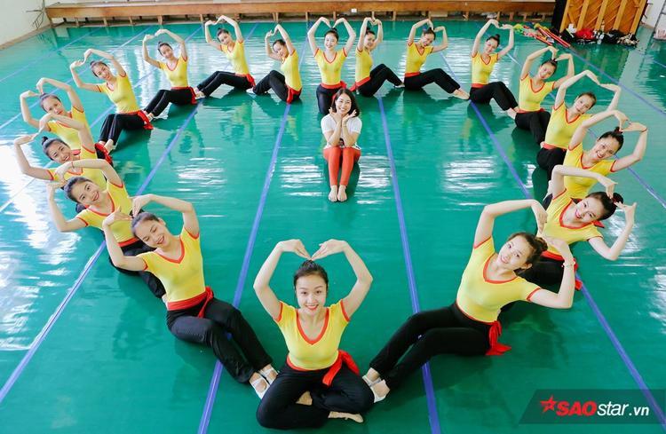 Diễn viên múa vất vả khổ luyện để chuẩn bị cho kỳ thi tốt nghiệp quan trọng.