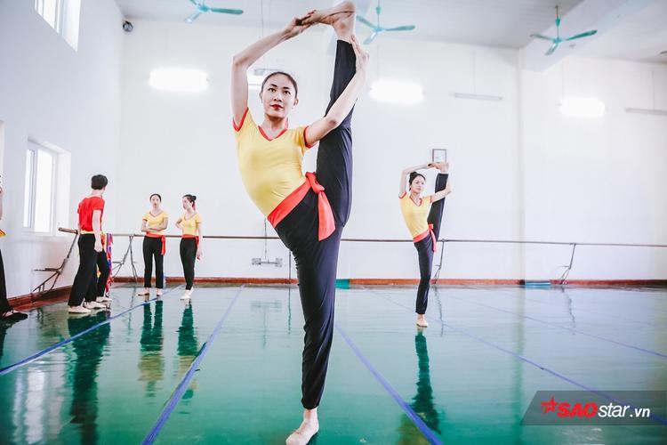 Vì thời gian đào tạo hệ cao đẳng múa thường kéo dài từ 4,5 đến 6,5 năm nên rất nhiều sinh viên ở đây theo học nghề khi mới chỉ vừa 12-13 tuổi.