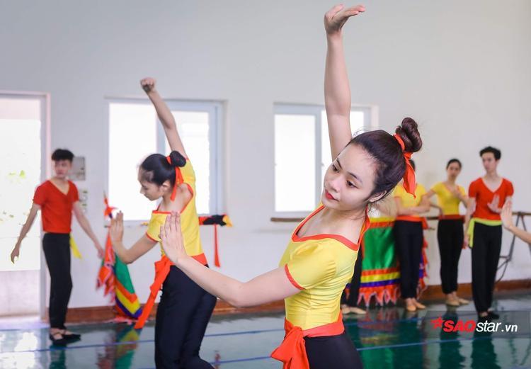 Cứ sau mỗi dịp nghỉ hè hay nghỉ lễ, Tết, khi tập luyện trở lại, cơ thể họ lại đau mỏi như lần đầu học múa.