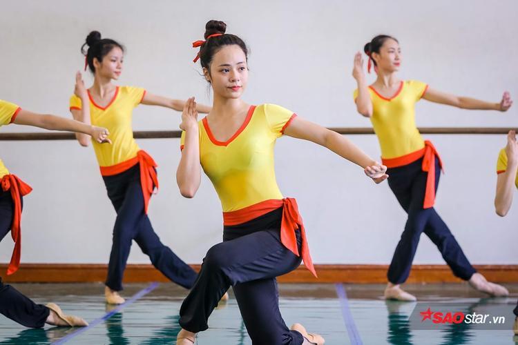 Không chỉ sở hữu thân hình cân đối, nhiều sinh viên múa còn có gương mặt rất thanh thoát.