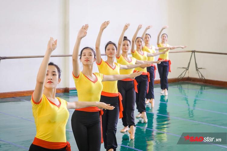 Ngoài múa đơn, các bạn sinh viên còn phải học cách phối hợp ăn ý với nhau khi làm việc chung.