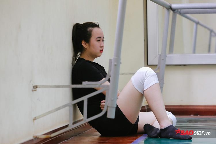 Các nữ sinh trường múa phải giữ gìn chế độ ăn uống rất chặt chẽ. Theo nghiệp múa có tuổi nghề ngắn nhưng phải tập luyện khổ cực, kiêng khem nhiều năm.