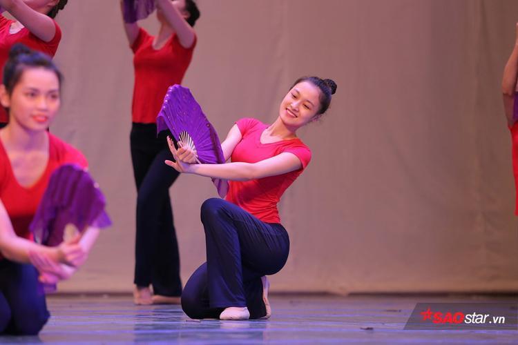Với bộ môn múa, yếu tố hình thể đóng vai trò quan trọng nhất. Để trở thành diễn viên tỏa sáng trên sân khấu thì ngoài năng khiếu, nếu không có hình thể cân đối, đẹp hài hòa thì không thể lột tả, truyền tải hết tác phẩm tới khán giả. Chính vì thế việc giữ cân và ép cân rất quan trọng.