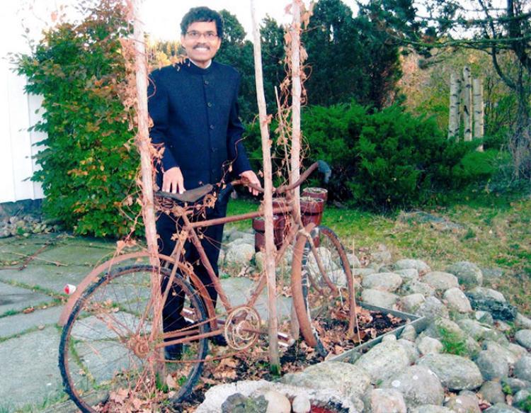 """Vào năm 1949, Pradyumna Kumar Mahanandia được sinh ra tại một làng quê hẻo lánh ở Ấn Độ. Theo lời một nhà chiêm tinh, từ sau khi Kumar chào đời, ông đã có hôn ước với một nữ nhạc sĩ ở một đất nước xa xôi, thuộc chòm sao Kim Ngưu và sở hữu một khu rừng. """"Tôi rất tin vào lời tiên tri đó và luôn nghĩ rằng, mọi điều trên thế giới này đều có sự sắp đặt từ trước"""", Kumar nói với National Geographic."""
