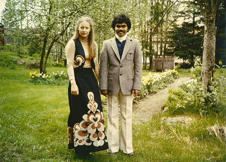 """""""Cô ấy đã quay lại 3 lần và tôi đã vẽ được 3 bức chân dung khác nhau. Sau lần gặp gỡ thứ hai, tôi đã khẳng định được rằng Charlotte chính là định mệnh trong cuộc đời mình, người phụ nữ ngoại quốc mang chòm sao Kim Ngưu và sở hữu một khu rừng. Tôi liền ngay lập tức nói với Charlotte rằng cô ấy sẽ là vợ tôi vì số phận đã định như vậy"""", Kumar nói thêm."""