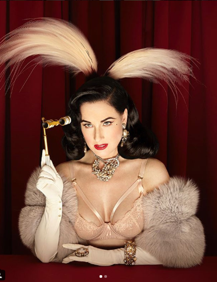 Là một nhà thiết kế thời trang nên cô cũng cực kỳ nhạy cảm với xu hướng. Không ít lần nữ diễn viên chọn lựa những bộ cánh phối cùng tông, từ trang phục đến phụ kiện như thế này.