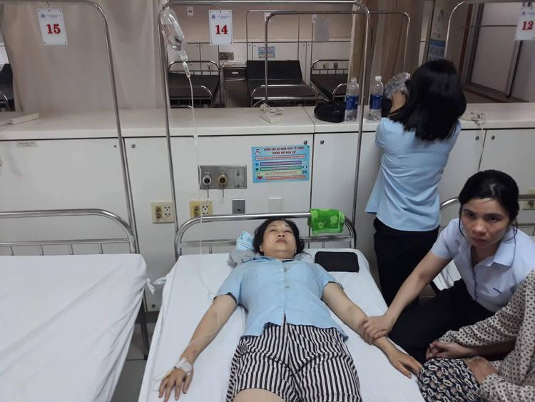 Nạn nhân P. được đưa đi cấp cứu tại bệnh viện. Ảnh: N.V