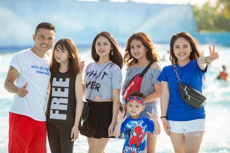Ca sĩ Lam Trang (ngoài cùng bên phải) rất gần gũi với 3 con gái riêng của chồng. Tú Dưa tiết lộ rằng bà xã chính là 'chị Thanh Tâm' của các con.