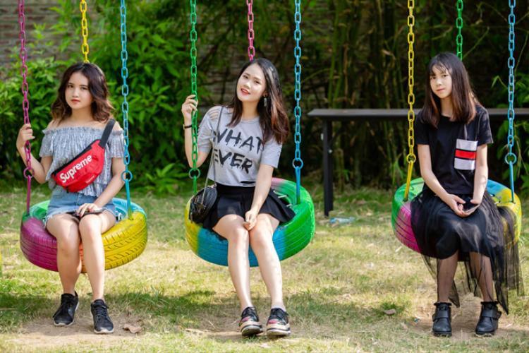 Linh Nhi (19 tuổi) là trái ngọt trong mối tình của Tú Dưa với người bạn gái ở tuổi 20. Linh Nhi sống tự lập từ nhỏ và nuôi ước mơ sẽ trở thành ca sĩ trong tương lai. Không chỉ có khả năng ca hát, Linh Nhi còn học chơi nhạc cụ.