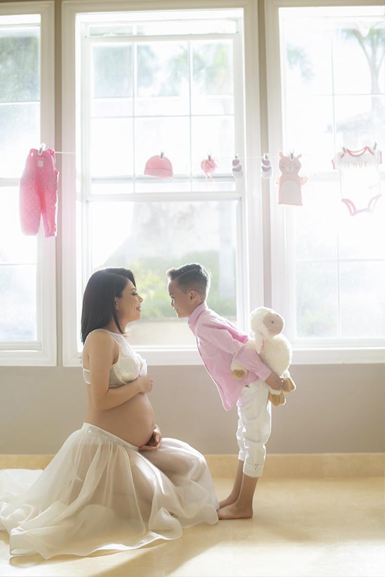 Trong loạt ảnh bầu, Thanh Thảo còn chụp cùng con trai nuôi Jacky. Bé sống với cô từ nhỏ, đã được cô hợp thức hoá về giấy tờ để trở thành con.