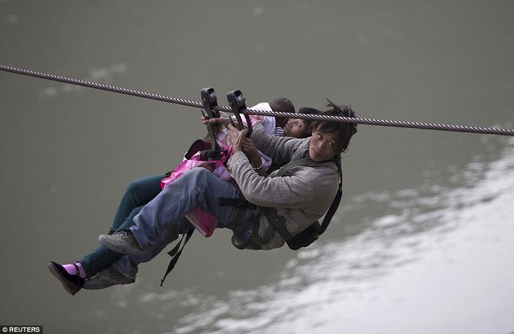 Thông thường phương tiện di chuyển của chúng ta là xe máy, ô tô nhưng đối với người dân tại miền núi Lazimi, tỉnh Vân Nam, Trung Quốc lại là cáp treo, dây đu. Nguyên nhân là do làng Lazimi bị chia cắt với thế giới bên ngoài bởi dòng sông Nộ dài 2.815 km.