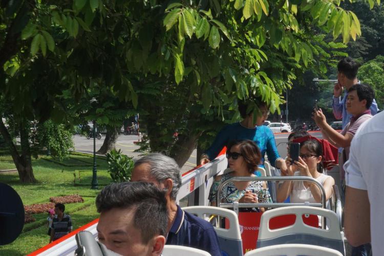 Một số tuyến phố có cành cây vươn ra ngoài, nhân viên xe buýt phải loa thông báo nên nhiều khách khách phải né người tránh bị bật vào mặt.