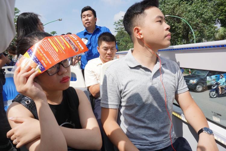 Anh Minh cùng bạn Trâm Anh đều làm trong lĩnh vực du lịch trải nghiệm dịch vụ tham quan bằng hình thức đi xe buýt này. Cả hai khá hài lòng, tuy nhiên nếu thời tiết oi nóng như mùa hè hiện tại thì phía công ty xe buýt nên lắp mái che thấp cho người dân để tránh nóng. Việc này cũng không ảnh hưởng tới việc tham quan của du khách.