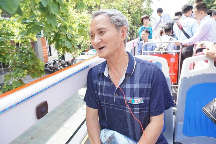 Ông Đặng Xuân Quán (70 tuổi, ở quận Ba Đình) cho biết, bản thân rất thích trải nghiệm dịch vụ xe buýt mới này. Ông Quán cũng vui vẻ nói mình là một trong số những hành khách may mắn khi được đi đầu tiên và tự hào vi bao nhiêu người đi đường ngắm mình.