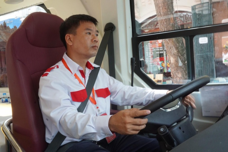 Anh Đỗ Viết Nam, tài xế xe buýt 2 tầng cho biết, 3 xe sẽ vận hành với tần suất 17 tuyến/ngày, thời gian 9h đến 17 hàng ngày. Khách có thể xuống các điểm dừng để tham quan sau đó tiếp tục hành trình chuyến sau.