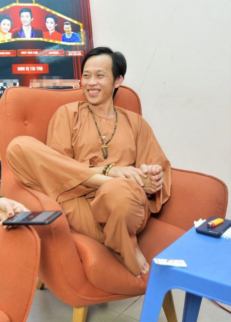 Đây là kiểu ngồi thoải mái nhất của Hoài Linh.