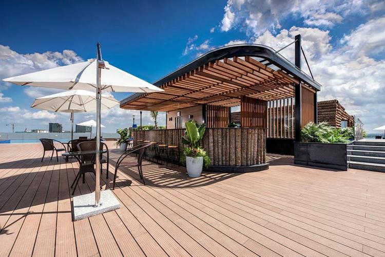 Quầy bar bên cạnh bể bơi. Ảnh FBNV