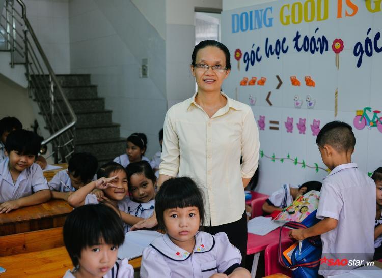 """""""Dù nghèo thì cũng phải ăn mặc đàng hoàng đến lớp để các em không cảm thấy thua thiệt bạn bè cùng trang lứa ở ngoài, để tạo động lực và niềm vui vào con chữ cho tụi nhỏ đến trường."""""""