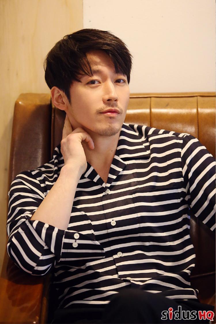 """Hiện tại Jang Hyuk đang đóng vai ông chủ xã hội đen trong phim """"Chảo lửa tình yêu"""". Với tính cách hài hước, quả quyết và luôn tạo hình huống gây cười. Được biết, nhân vật của Go Ara trong """"Quý cô hammurabi"""" có tính cách tương tự. Có lẽ đó là lý do người xem thấy họ giống nhau."""