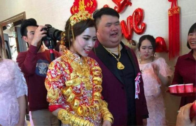 Vào tháng 3 vừa qua, con trai duy nhất của ông trùm gốm sứ Trung Quốc Hoàng Anh Minh đã kết hôn với một cô gái tên Chu Hải. Trong ngày trọng đại của đời người, chú rể đã mua rất nhiều lắc tay, dây chuyền vàng cùng một chiếc nhẫn kim cương 5 kara để tặng cho cô nhằm chứng minh tình yêu bất diệt của anh.