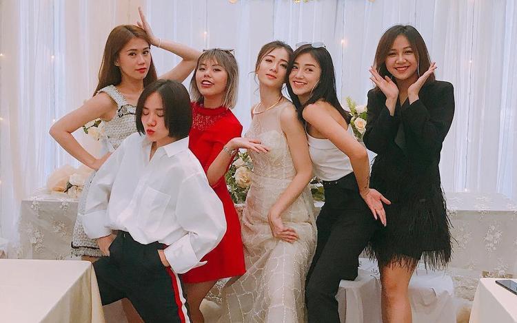 """Phương Ly khiến fan """"cười ngất"""" khi diện áo sơ mi cá tính giữa dàn váy áo """"bánh bèo"""" trong đám cưới Justatee - Trâm Anh."""