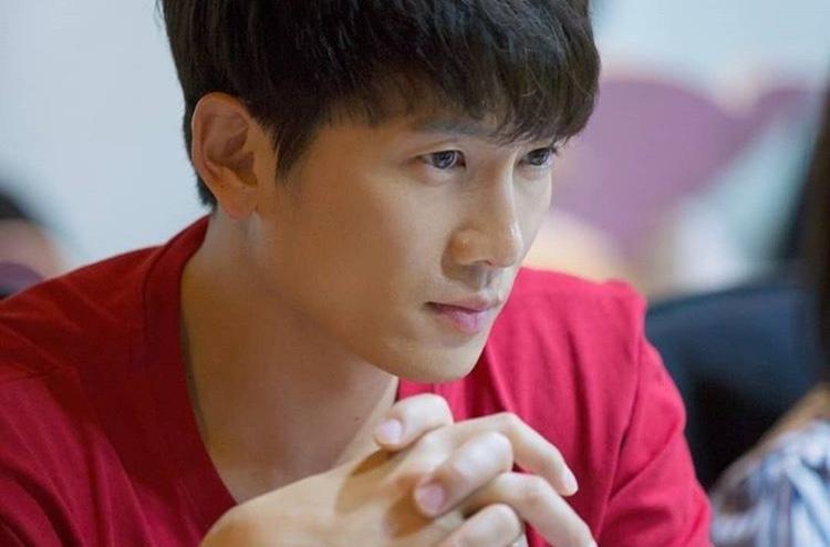 Mặc dù đã có vợ, nhưng Ji Sung vẫn khiến chị em phụ nữ yếu lòng trước nhan sắc và diễn viên chuyên nghiệp. Đó hẳn là lý do khiến anh thắng 2 giải Daesang danh giá trong 4 năm.