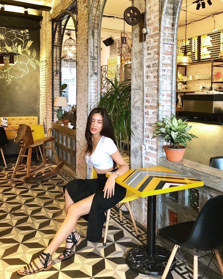 Nguyễn Thị Loan khoe trọn thân hình chuẩn mực khi thả dáng cùng combo áo, váy ôm sát, với sắc đen, trắng thời thượng.