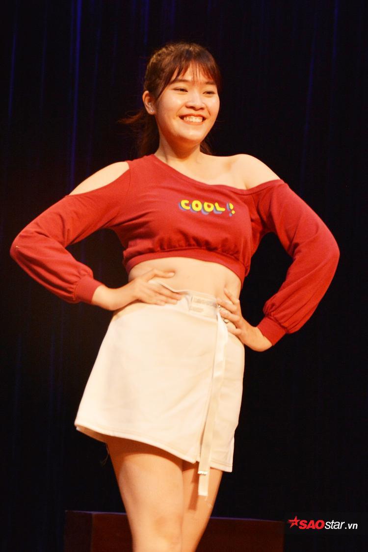 Thí sinh Phan Huyền Mỹ vô cùng tự tin trình diễn phần thi catwalk của mình.