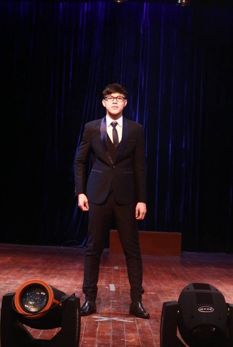 Thí sinh Nguyễn Nhật Tân trông chững chạc hơn trong phần trình diễn trang phục dạ hội.