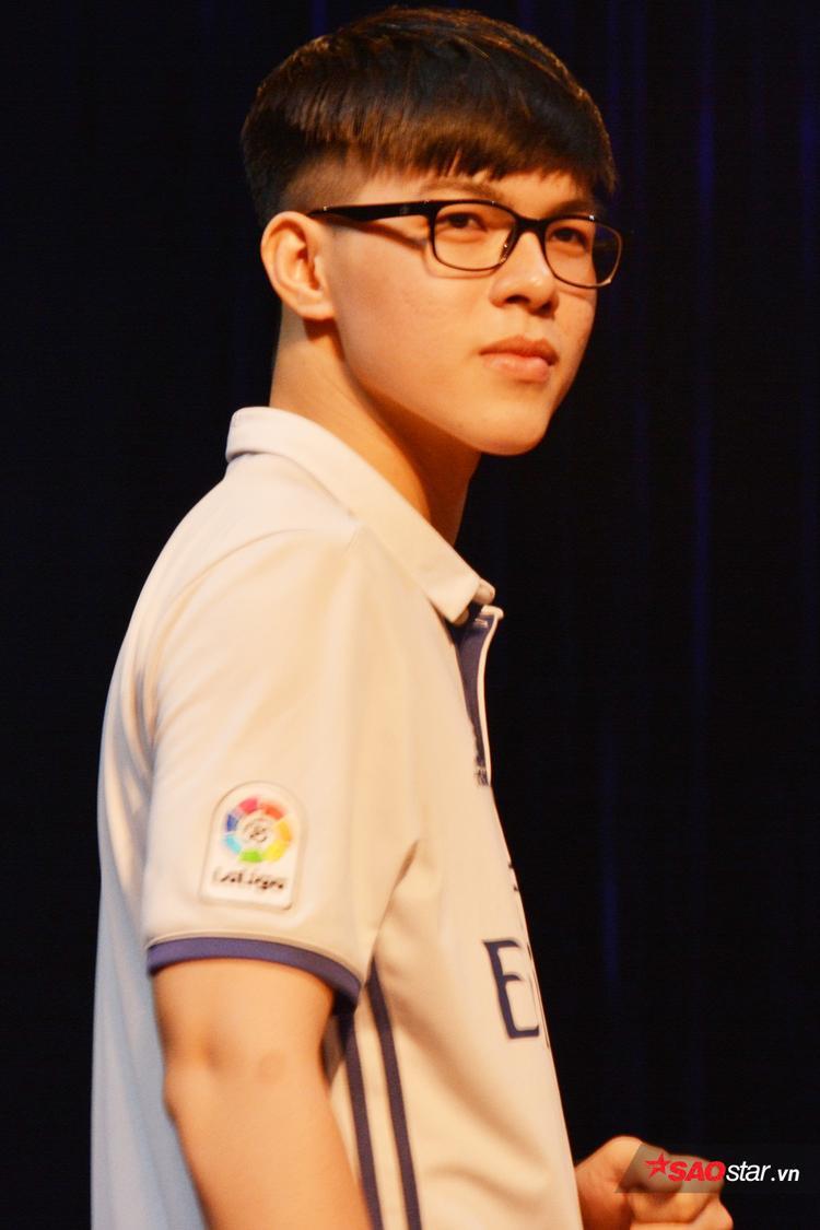 Thí sinh Nguyễn Nhật Tân vô cùng nam tính cùng những bước đi mạnh mẽ dứt khoát