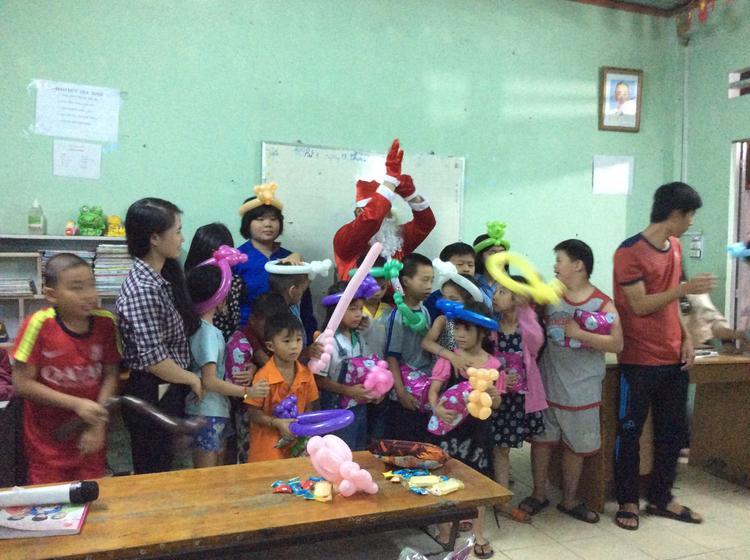 Có một lớp học ấm tình người như thế giữa Sài Gòn: Sinh viên làm gia sư miễn phí giúp trẻ em nghèo biết con chữ