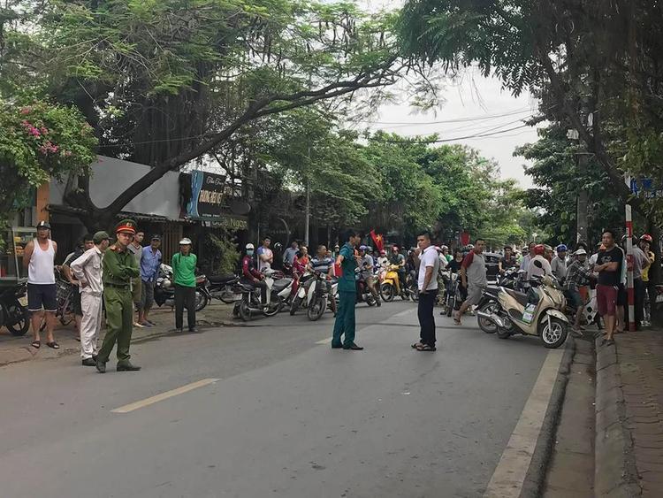 Rất đông người dân có mặt tại hiện trường.